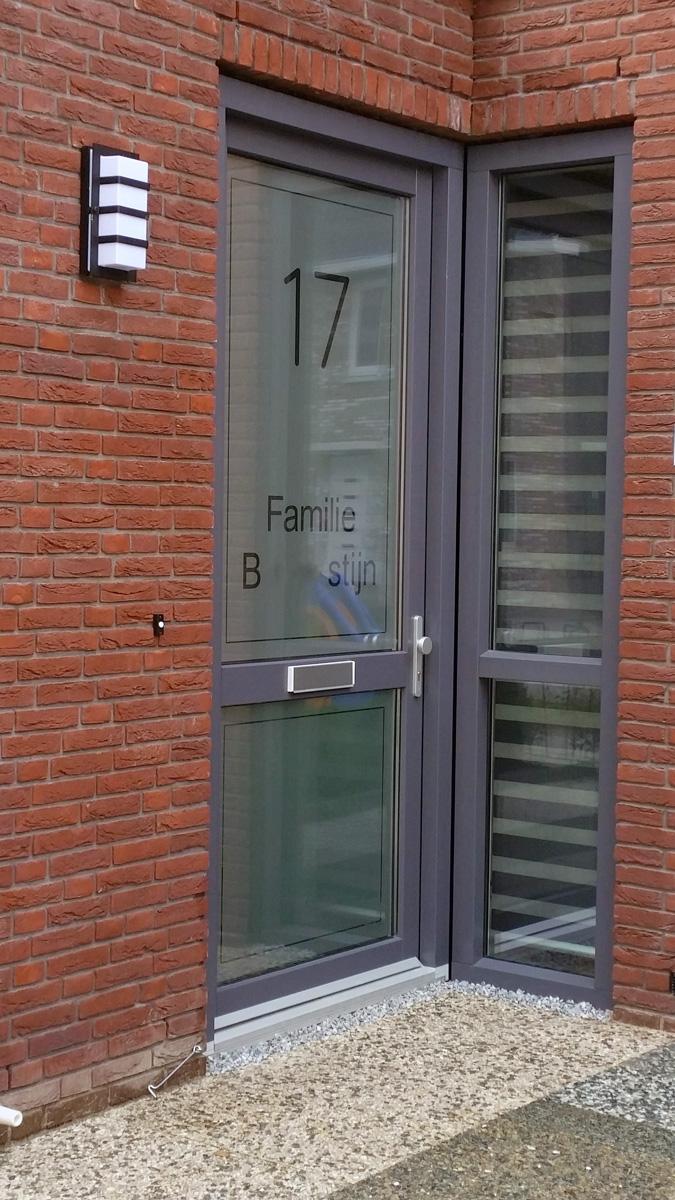 Raamfolie voordeur zelf ontwerpen en aanbrengen - Glazen ingang ...